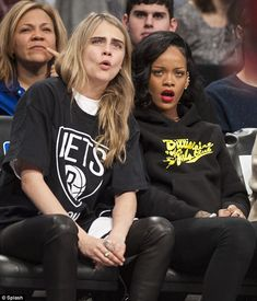 ORDER IN THE COURT! Model Cara Delevingne and Rihanna get their heads in the (basketball) game as the home team Brooklyn Nets best the Atlanta Hawks on Monday. Cara Delevingne, Atlanta Hawks, Estilo Hipster, Rihanna Style, Star Track, Brooklyn Nets, Bad Gal, Rihanna Fenty, Rihanna Meme