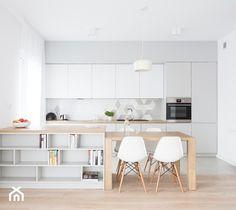 Aranżacje wnętrz - Kuchnia: Duża otwarta kuchnia jednorzędowa dwurzędowa z wyspą z oknem, styl skandynawski - INTERIOLOGY. Przeglądaj, dodawaj i zapisuj najlepsze zdjęcia, pomysły i inspiracje designerskie. W bazie mamy już prawie milion fotografii!