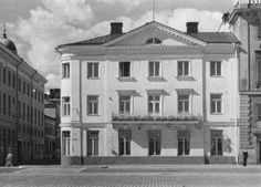 Goviniuksen talo. Hotell Kleineh.; Pohjoisesplanadi 9 & Katariinankatu 1; Helsinki -- Talon rakennutti kauppaneuvos H.J. Govinius arkkitehti Pehr Granstedtin suunnitelman mukaan vuosina 1815 - 1819. Vuonna 1850 tontti siirtyi ravintoloitsija L.H. Kleinehin omistukseeen. Kleinehin aloittama hotellitoiminta jatkui rakennuksessa aina 1930 -luvulle saakka. 1800 -luvun keskivaiheilla rakennuksessa tehtiin lukuisia muutoksia, mm. parveke kauppatorille päin vuonna 1850.