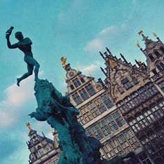 #architecture #architectural #architecturelovers #architecturedesign #belgium #belgique ##belge #flandres #flemish #flamand #antwerpen #antwerp #anvers #roofs #toits #vacances #hiver #winterb #wintersun #belgien #statue #instaarchitecture #instaaaaah #instaarchitecturelovers #melancolie