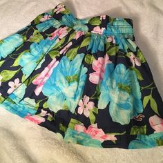 Hollister skirt Worn a few times but in awesome condition. Hollister Skirts Circle & Skater