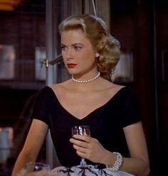 3kdabg-l-610x610-dress-grace+kelly-black+dress-v+neck+dress-pearl-bracelets-hairstyles-make-retro+dress-jewels.jpg (580×610)