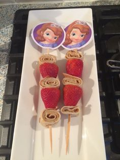 Traktatie prinses Sofia. Aardbeien en pannenkoek aan lange prikker.