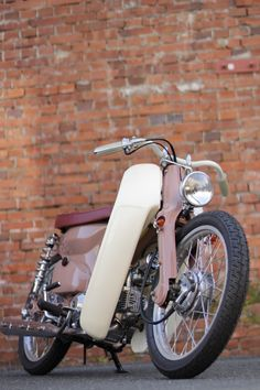 Free the wheels - Honda Cub Bobber - Today Pin Honda Cub, Small Motorcycles, Honda Motorcycles, Custom Motorcycles, Custom Moped, Custom Bikes, Royal Enfield, Scooter 50cc, Honda Scooters