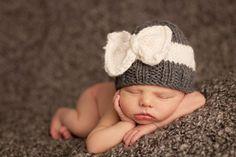 Los mejores regalos vienen con arcos y los niños son los regalos más grandes, después de todo. Su niño tendrá lo mejor de la clase y confort. Punto de hilado de acrílico suave 100% a mano. XSmall: recién nacido Pequeño 3-12 meses Medio 12 meses – 8 años
