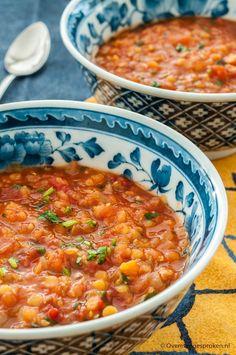Tomaten-linzensoep - Stevige maaltijdsoep met tomaat, rode linzen, komijn en verse koriander.