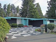 Great checkered driveway for this turquoise Mid Century Modern home Mid Century Decor, Mid Century House, Mid Century Style, Modern Landscape Design, Modern Landscaping, Bungalows, Casa Retro, Tableaux Vivants, Mid Century Exterior