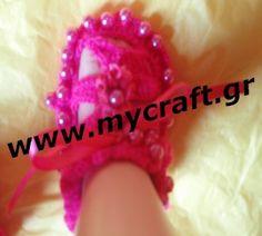 Φούξια μωρουδίστικα παπουτσάκια, ιδανικά και για βάφτιση, με πέρλες πλεγμένες μαζί με το παπούτσι και όχι ραμμένες για ασφάλεια του μωρού. Fuxia baby girls shoes ideal for christening, with perls knitted with the shoe.