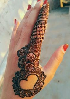 Explore latest Mehndi Designs images in 2019 on Happy Shappy. Mehendi design is also known as the heena design or henna patterns worldwide. We are here with the best mehndi designs images from worldwide. Henna Hand Designs, Dulhan Mehndi Designs, Arte Mehndi, Mehndi Designs For Girls, Mehndi Designs For Beginners, Modern Mehndi Designs, Mehndi Design Pictures, Mehndi Designs For Fingers, Beautiful Mehndi Design