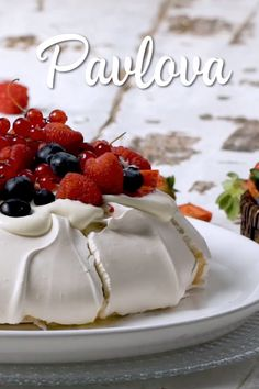 Looking for an elegant dessert to serve at your next dinner party? This pavlova is an easy recipe, perfect for a crowd. A classic Australian dessert, the pavlova is definitely a show stopper. This is a gorgeous dessert for all year round, Bolo Pavlova, Mini Pavlova, Australian Pavlova Recipe, Australian Desserts, Elegant Desserts, Just Desserts, Meringue Desserts, Meringue Cookies, Summer Dessert Recipes