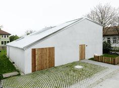 Construido por Triendl Und Fessler Architekten en Bisamberg, Austria con fecha 2014. Imagenes por Ditz Fejer. Los clientes encargaronuna casa de bajo costo que entregaralasmáximas cualidades espaciales posibles. El volumen f...