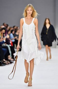 Muy fresca. La París Fashion Week mostró que el color blanco causará furor en 2017, como este vestido de tirantes de la firma Chloe. La prenda perfecta para una tarde muy calurosa, que irá genial combinada con sandalias de tacón alto. ¡Lucirás estilizada y te sentirás muy fresca! - Foto: Pascal Le Segretain/Getty Images