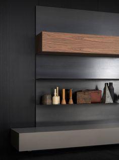 Porro Spa | <p>Libreria realizzata con piani in acciaio ad alta resistenza finiti a cera, verniciati bianco o in finitura ottone brunito. Pannelli a muro ne