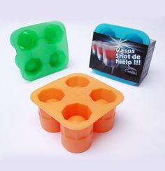 Molde o hielera de silicona para hacer vasos de hielo del tamaño de los clásicos shots para tragos. La marca del producto es Coolies. Además de con agua, los vasitos pueden hacerse con jugos, gaseosas y otras bebidas. Simplemente se llena el molde y se mete en el freezer por 4/6 horas. Una buena idea es combinar la bebida elegida para hacer el vaso y la bebida que se va a tomar. Los Moldes para Shots de Hielo están disponibles en naranja, verde manzana y celeste. PRECIO: $110.