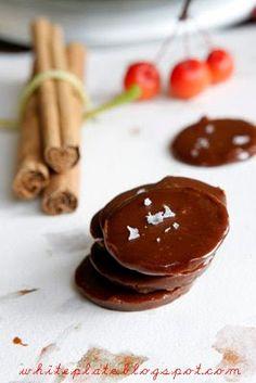 White Plate: Cukierki karmelowo-cynamonowe