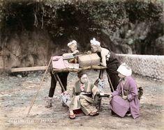 1890年頃、駕籠が茶屋の前で休憩、湯茶接待を受ける客と一服する担ぎ手。Kago Bearers and Customer Taking a Break.