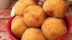 Croquettes de pommes de terre… à l'italienne ! mamma mia Ingrédients 1 kg de pommes de terre 300 g de parmesan 1 œuf Jambon cru en tranches Mozzarella fumée (Scamorza) Chapelure Sel & Poivre Recette Cuire les pommes de terre à l'eau bouillante avec leur peau. Éplucher les pommes de terre et les placer dans un plat. Ajouter le parmesan et l'œuf. Saler, poivrer et écraser jusqu'à obtention d'une purée homogène. Former des petits palets avec la purée. Les recouvrir de jambon cru et d'une ...