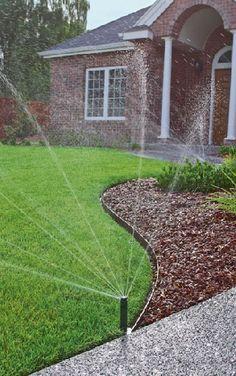 Gardenplaza - Ein optimal bewässerter Rasen wertet die Grünoase auf - Barfuß über das Gras