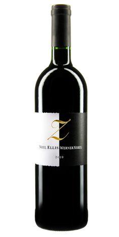 """Was dabei herauskommt, wenn sich ein Winzer von der Ahr mit einem Kollegen aus Südafrika verbindet?! Was könnte es anderes sein als Weine von internationaler Klasse, wie dieser namens """"Z"""", kreiert von Werner Näkel aus dem deutschen Dernau und Neil Ellis aus Stellenbosch in Südafrika. Sie besitzen gemeinsame Weinberge in Stellenbosch und kreieren dort u. a. diesen Rotwein. Ein schwarz-weißes Etikett ziert die Flasche, was in einem Land mit jahrelanger Apartheid ein Zeichen setzt. Chapeau!"""