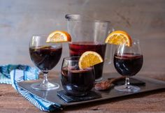 Simple and delicious sangria! And tips to customize it to make it the perfect signature sangria for you. Step by step with photos. Red Wine Drinks, Red Wine Sangria, Wine Coolers Drinks, Wine Tasting Near Me, How To Make Red, Wine Magazine, Spanish Wine, Wine Baskets, Wine Brands