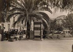 Η πλατεία Κολωνακίου με «τηλέφωνον δια το κοινόν», κάποιο λούστρο αριστερά, και αρκετά αυτοκίνητα (αντίκες, πλέον) παρκαρισμένα γύρω-γύρω. Στο βάθος η αρχή της οδού Καρνεάδου (δεκαετία '50)