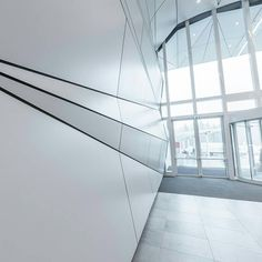Wall cladding with Stratificato HPL by Abet Laminati at Elnòs Shopping centre in Roncadelle (Brescia). Stratificato HPL is a material that offers excellent qualities, both functional and aesthetic. Its resistance to wear and vapour, its hygienic properties as well as its versatility in machining and assembly make it the ideal material for self-supporting furniture systems.    #abetlaminati #stratificatohpl #wallcladding #interiordesign