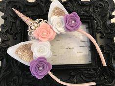 Pink and purple Gold horn crowned unicorn headband Unicorn Headband, Unicorn Hair, Unicorn Horns, Lila Gold, Purple Gold, Make Unicornio, Pink Party Favors, Purple Unicorn, Unicorn Birthday Parties