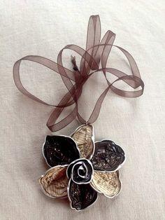 Blumen Anhänger in Brauntönen aus Nespresso Kapseln