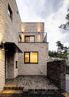 homify에는 인테리어 디자인과 관련한 수많은 사진들이 있습니다. 여기에서 영감을 얻어 가세요. Architecture Model Making, Brick Architecture, Interior Architecture, Modern Brick House, Modern House Design, Brick Building, Building Design, Adobe House, Small Buildings