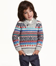 Long-sleeved jumper knitted in soft cotton with a ribbed shawl collar with a button.