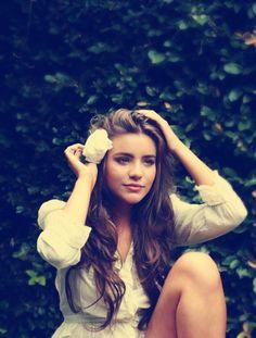 Flower in her hair, gorgeous curls. Gorgeous Hair, Beautiful, Favim, Pretty Hairstyles, Her Hair, Wavy Hair, Tousled Hair, Messy Hair, Hair Inspiration