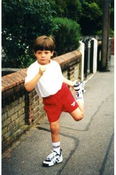 This is a picture of Louis when he was very young On an interview louis said his mum was training him for sports day because she wanted him to win! Fetus One Direction, One Direction Pictures, One Direction Humor, Louis Tomlinson Baby, One Direction Louis Tomlinson, Foto One, Pre Debut, Louis Tomlinsom, Childhood Photos