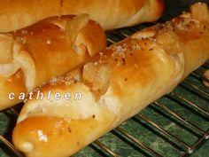 Suroviny dáme do pekárny v pořadí tekuté, pak tuhé a použijeme program Těsto. Vykynuté vytáhneme, propracujeme, rozdělíme na dílky (já měla 8,... Eastern European Recipes, Ciabatta, Hot Dog Buns, Bread, Food, Program, Breads, Meal, Eten