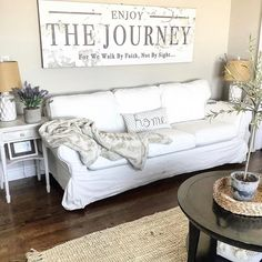 These days the trend of adding your home with the Bohemian style variations is becoming a new home renovation fashion trend. This brings a colorful and energetic impact in the whole home environment that definitely Farmhouse Interior, Modern Farmhouse Style, Farmhouse Chic, Farmhouse Design, Butler House, Decoration Table, Room Decorations, Dyi, Style Cool