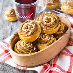 Piparkakkutaikinan tahnamainen koostumus muotoutuu paksuiksi kierteiksi pullan sisälle. Huumaava tuoksu täyttää kodin, kun siihen yhdistyy pulla ja pipari! Yule Traditions, Nordic Christmas, Doughnut, Nom Nom, Cereal, Muffin, Sweets, Candy, Snacks