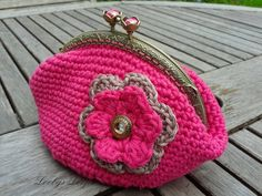 Photo tutorial for this cute little purse https://www.facebook.com/notes/loobys-loops/crochet-coin-purse-instructions-for-purse-and-photo-tutorial-for-adding-the-lini/805144169507298