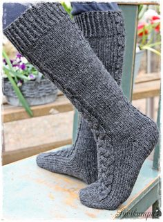 Suvikumpu: Suvikummun PunosPolviSukat (free pattern in Finnish) Cable Knit Socks, Knitting Socks, Fluffy Socks, Diy Crochet And Knitting, Foot Socks, Sock Toys, Sexy Socks, Yarn Shop, Boot Cuffs