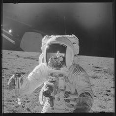 15 000 clichés des missions de la NASA sur la lune, issus de l'Apollo Archive Project, ont fait l'objet d'une nouvelle numérisation en haute définition et mis à disposition sur un compte Flickr.