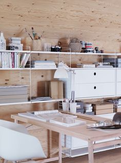 blond timber and white- Kitaplık ve masa yerleşimindeki aynı mantık ofis için de uygulanabilir
