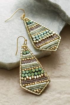 Earrings Handmade Soft Surroundings Dakota Earrings - An expert hand weaves rows of matte and metallic beads onto a diamond-shaped frame with the most delicate golden wire in these dangly handcrafted earrings. The neutral earthy Wire Wrapped Jewelry, Metal Jewelry, Beaded Jewelry, Silver Jewelry, Jewelry Bracelets, Diy Bracelet, Bohemian Jewelry, Clay Jewelry, Silver Ring