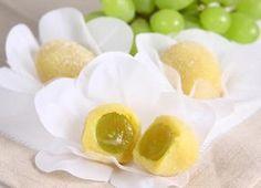 1) Higienize, seque e reserve as uvas. 2) Misture os demais ingredientes pela ordem indicada e leve ao fogo baixo, mexendo sempre, até soltar da panela. 3) Utilize frio. 4) Envolva cada uva com uma porção do doce, e passe-as no açúcar granulado UNIÃO PREMIUM.