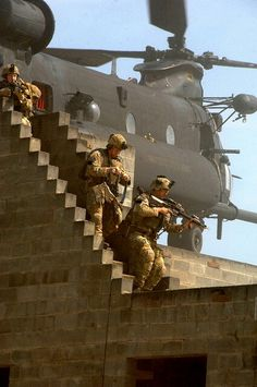 2002 U. Army Rangers from United States Army Special Operations Command (Airborne) conduct close-quarters battle drills at a range Military Special Forces, Military Life, Military History, Military Families, Team Usa, Gi Joe, Us Army Rangers, 75th Ranger Regiment, Special Operations Command