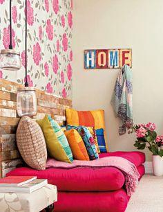 Uma sala com estilo DIY: luminária de pote e apinel de madeira.