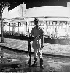 Soldaat staat op wacht voor sociëteit Concordia te Bandung, Indonesië (1947)