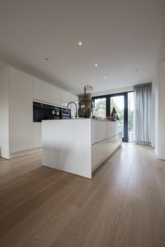 Home - Bebo Vloeren Open Kitchen And Living Room, Kitchen Room Design, Kitchen Cabinet Design, Modern Kitchen Design, Kitchen Layout, Kitchen Interior, Home Interior Design, Wood Floor Kitchen, Elegant Dining Room