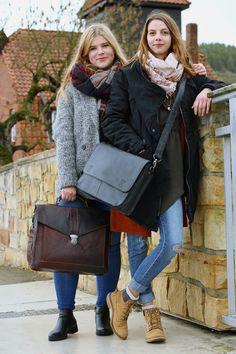 """Im klassischer Chic und moderner Eleganz wissen """"Paxton"""" (links) und """"Pharell"""" (rechts) von sich zu überzeugen. Die Umhängetaschen für die Arbeit oder die Uni im Business-Style aus hochwertig verarbeitetem Rindsledern bestechen durch ihre schlichte, aber dennoch besondere Optik - Aktentasche - Lederumhängetasche - Gusti Leder - 2B10-20-2wp / 2B13-20-6"""