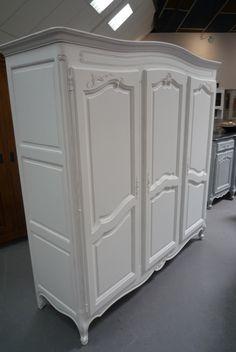vieille armoire années 70-80 blanchie
