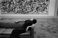 Richard Kalvar, Man in front of Jackson Pollock painting