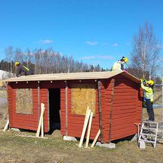 Kevään viimeinen opetusprojekti on kolmiorimahuopakaton rakennus harjoituskehikkoomme. Vihdoin päästään pressuista eroon! #huopakatto #kolmiorimakatto #artesaani #rakennusrestaurointi #restaurointi #rakennusperintö