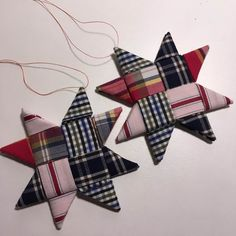 Jeg har et projekt kørende, hvor jeg vil prøve at se hvor mange ting jeg kan finde på at lave ud af 7 skjorter købt i genbrugen. Dette er min 4. idè. Ti... Christmas Mix, Christmas 2019, White Christmas, Christmas Crafts, Christmas Ornaments, Fabric Stars, Paper Stars, Sewing Hacks, Sewing Projects